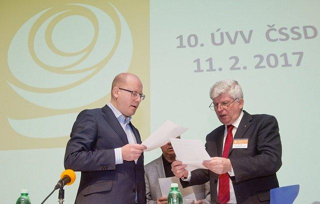 Premiér a předseda ČSSD Bohuslav Sobotka (vlevo) a místopředseda ČSSD Martin Starec 11. února v Praze před zasedáním ústředního výkonného výboru strany.