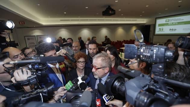 Federální sekretář Ligy Severu Roberto Maroni oznamuje výsledky referenda o nezávislosti Lombardie
