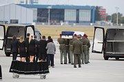 Pietní ceremoniál za zesnulé vojáky na pražském ruzyňském letišti. Rodiny na letištní ploše.