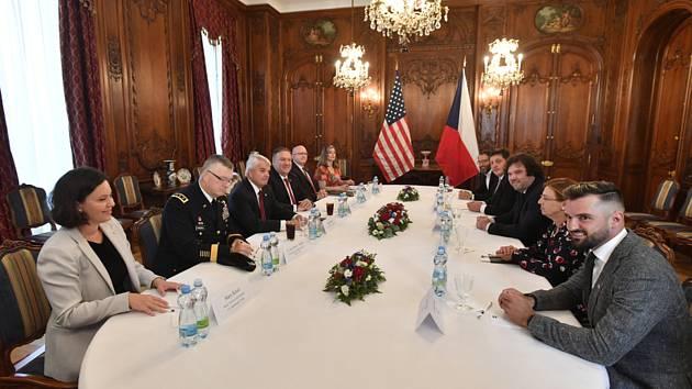 Americký ministr zahraničí Mike Pompeo (čtvrtý zleva) a velvyslanec USA v Praze Stephen King (třetí zleva) 12. srpna 2020 v Praze diskutují se zástupci (po pravé straně stolu) amerických a českých technologických firem o nejnovějších metodách ve výzkumu a