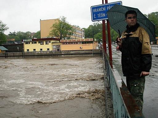 Rozvodněná řeka Olše zatopila nábřeží v centru Českého Těšína. Hladina vody dosahuje na úroveň mostů