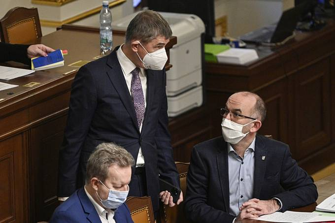 Premiér Andrej Babiš (uprostřed) a ministr zdravotnictví Jan Blatný (vpravo) diskutují na jednání Poslanecké sněmovny.