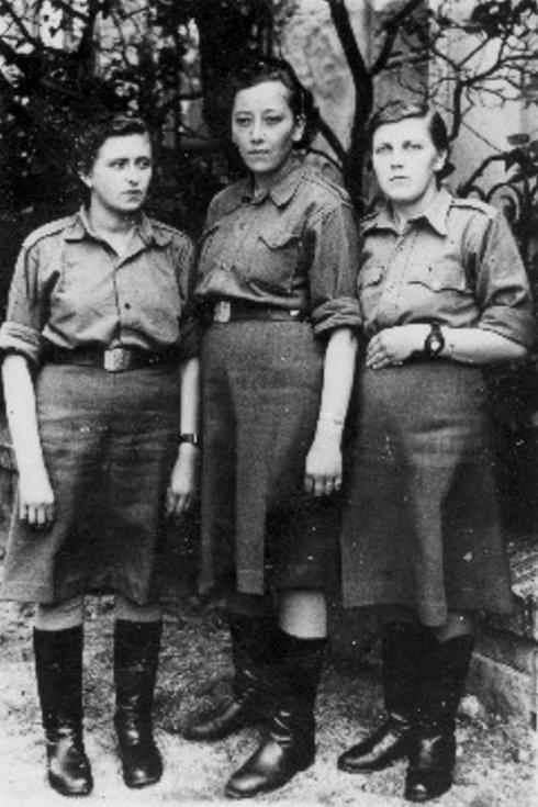 Marie Chudá (vpravo) s dalšími volyňskými Češkami ve Svobodově armádě, kde působily jako spojařky, radistky, ošetřovatelky či kuchařky