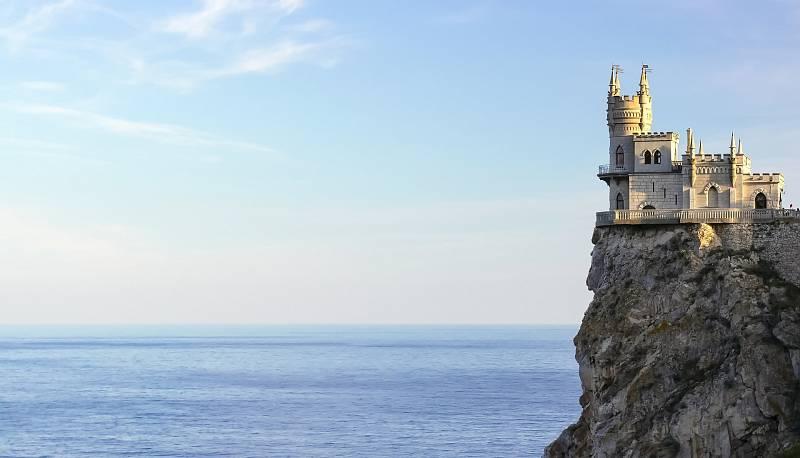 Zámeček pojmenovaný Vlaštovčí hnízdo se nachází na Krymu. Vzhledem připomíná zámky z pohádek.