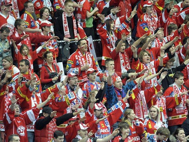 Fanoušci Slavie fandí v rozhodujícím zápase série s Vítkovicemi.