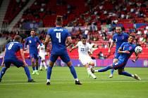 Rumunský záložník Nico Stanciu střílí na branku Anglie v přípravném zápase.