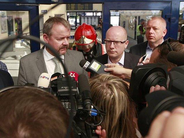 Ministři Ťok, Sobotka a Chovanec mluví s novináři po nehodě pendolina ve Studence.