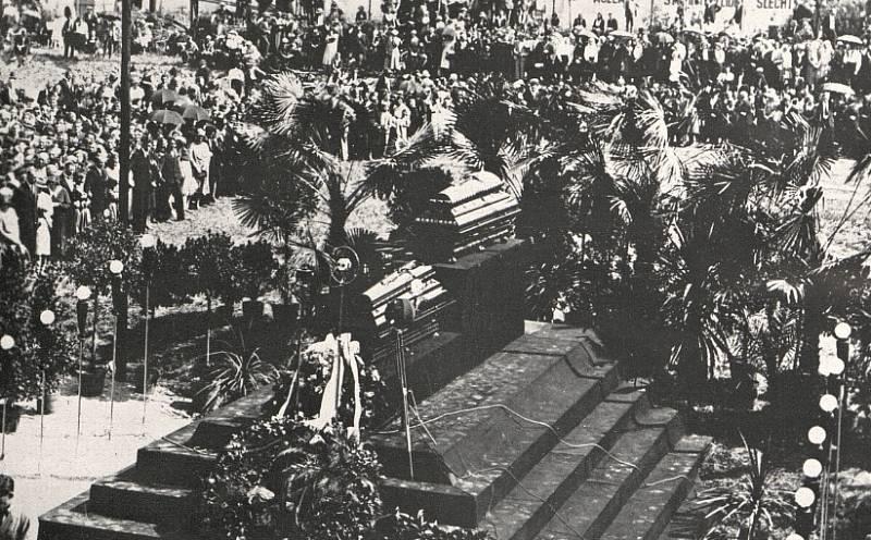 Pohřeb Tomáše Bati (na katafalku rakev Tomáše Bati, pod ní rakev šéfpilota Broučka)