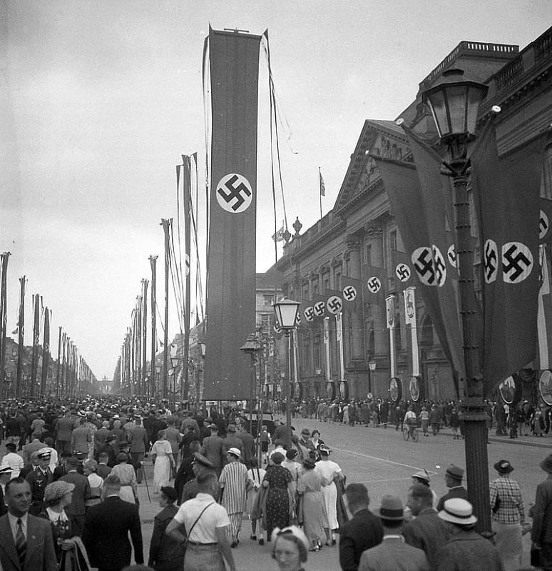 Olympiáda v Berlíně byla silně poznamenaná nacistickou ideologii, hry se odehrávaly doslova pod hákovým křížem, hajlování bylo na denním pořádku.