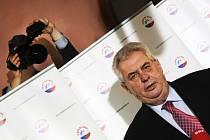 Prezidentský kandidát Miloš Zeman vystoupil 12. ledna odpoledne na tiskové konferenci ve svém volebním štábu v Praze a okomentoval průběžné výsledky voleb. Podle nich se ve druhém kole utká s Karlem Schwarzenbergem.
