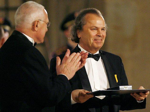 Houslista Václav Hudeček byl vyznamenán medailí Za zásluhy.