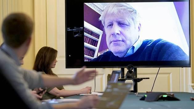 Britský premiér Boris Johnson během videokonference ke koronaviru.