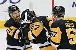 Oslava premiérové trefy v NHL: Radim Zohorna (uprostřed)