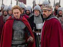 V KRUHU KORUNY. Minisérie se věnuje třem anglickým panovníkům shakespearovské doby. Vpravo Jeremy Irons jako Jindřich IV.