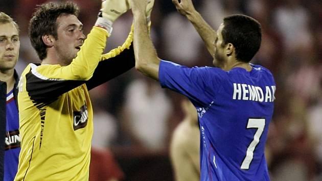 Brankář Glasgow Rangers Allan McGregor (vlevo) slaví postup do Ligy mistrů společně se spoluhráčem Brahimem Hemdaniofem.