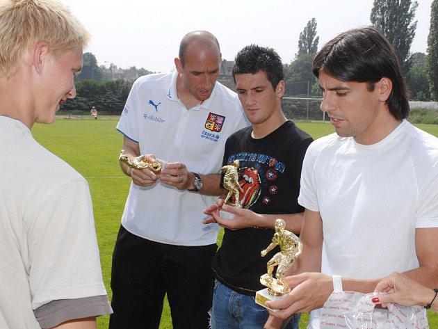 Jan Koller, Martin Fenin a Milan Baroš při předávání cen za soutěž dětských domovů v kopané O pohár fotbalové reprezentace.