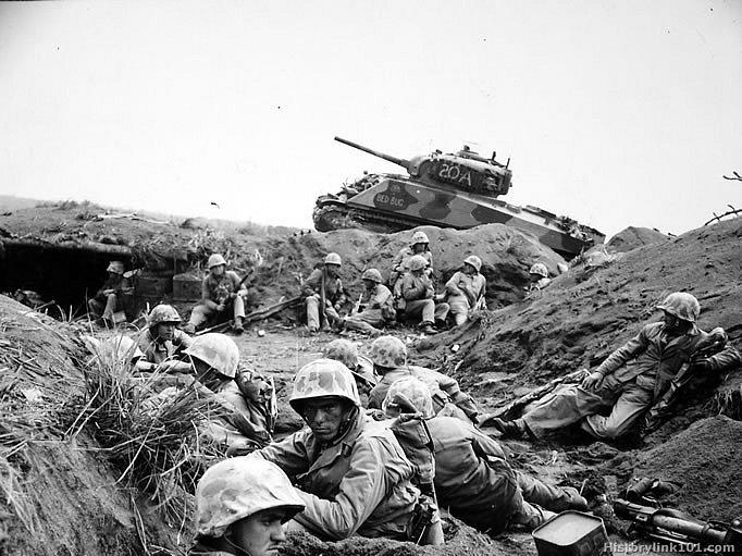 Vojáci 24. pluku americké námořní pěchoty na Iwodžimě