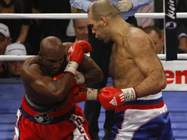 Nikolaj Valujev (vpravo) uhájil titul světového šampiona organizace WBA proti Evanderu Holyfieldovi.
