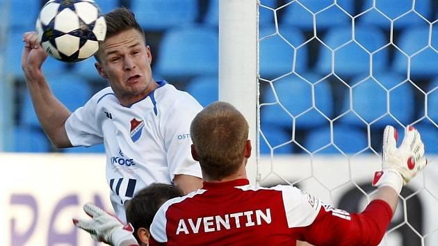 FC Baník Ostrava vs. 1.SC Znojmo. V bílém Dominik Kraut, v červeném Hrubý Vlastimil.