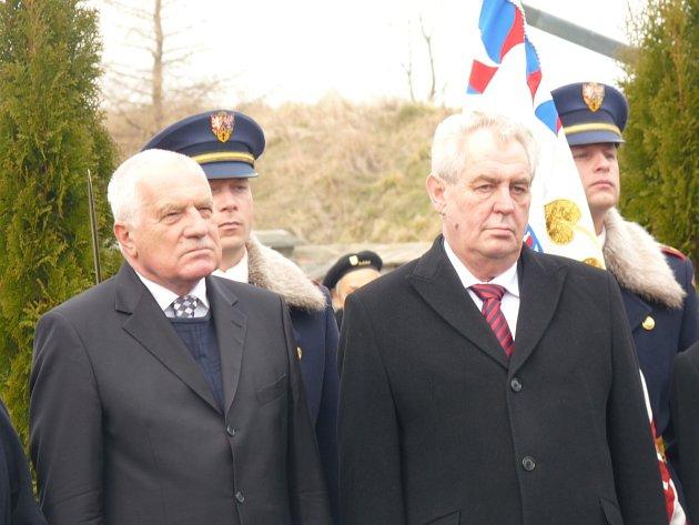 Klaus se Zemanem položili věnec k Masarykovu hrobu v Lánech.
