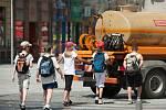 Děti následují kropící cisternu v ulicích Ostravy