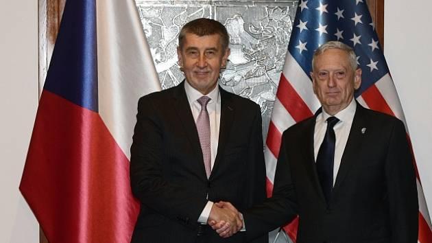 Andrej Babiš (vlevo) a americký ministr obrany James Mattis.