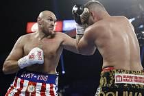 Britský boxer Tyson Fury (vlevo) dává ránu německému soupeři Tomu Schwarzovi.