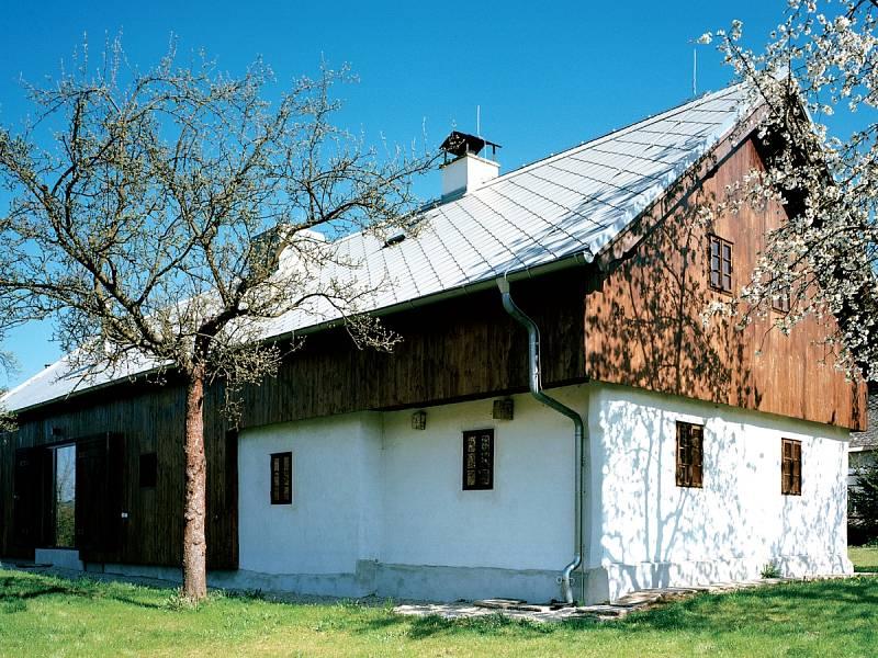 Přestavba 170 let staré chalupy smířila moderní styl s odkazem tradičního hospodářského stavení