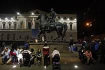 Chilané v metropoli Santiagu ve strachu z následků zemětřesení přečkali noc na ulici.