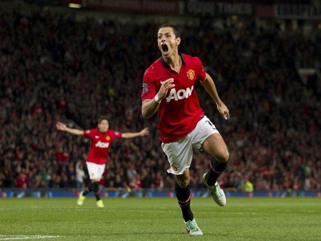 Javier Hernandez vystřelil Manchesteru United výhru nad Liverpoolem.