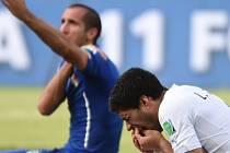 Kanonýr Uruguaye Luis Suárez (vpravo) kousl do ramene Giorgia Chielliniho a sám si zahrál na oběť.