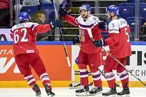 Michal Birner (uprostřed) se raduje s Michalem Řepíkem (vlevo) a Jakubem Jeřábkem z gólu proti Švédsku.