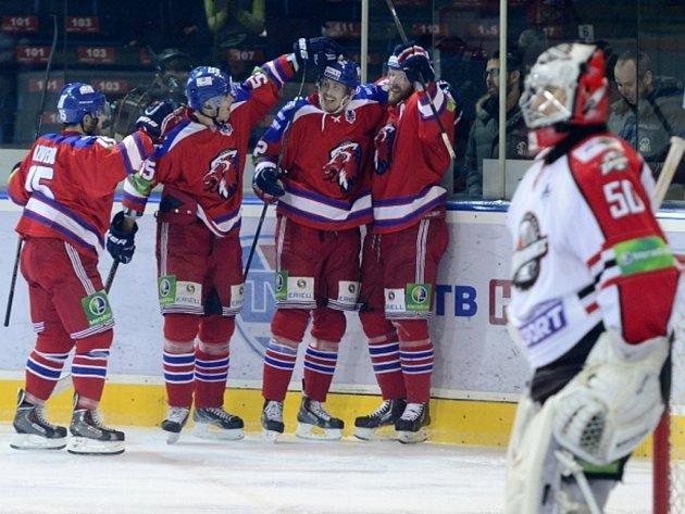 Hokejisté Lva Praha se radují z gólu proti Doněcku.