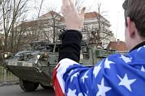 Kasárna v pražské Ruzyni 1. dubna postupně opustil americký vojenský konvoj, který se přes území České republiky vrací z cvičení v Pobaltí na základnu v bavorském Vilsecku.