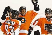 Útočník Flyers Wayne Simmonds (uprostřed) oslavuje se spoluhráči svůj třetí gól v síti Rangers.