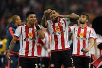 Hráči Sunderlandu DeAndre Yedlin (vlevo) a Patrick van Aanholt krátce po závěrečném hvizdu rozhodčího.
