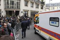 Islamisté vtrhli do redakce pařížského týdeníku a zastřelili 12 lidí.