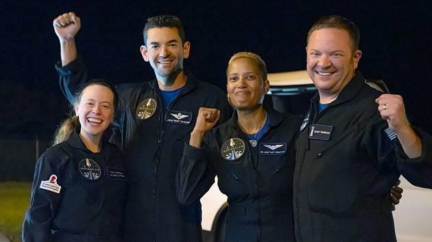 Civilní posádka lodi Crew Dragon po přistání 18. září 2021. Zleva Hayley Arceneauxová, Jared Isaacman, Sian Proctorová a Chris Sembroski