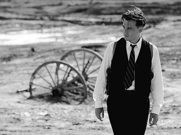 NEPŘÍTEL ZÁKONA. Johnny Depp jako zločinecká legenda Ameriky 30. let John Dillinger.