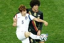 Belgie - Korea: Marouane Fellaini se tlačí k míči