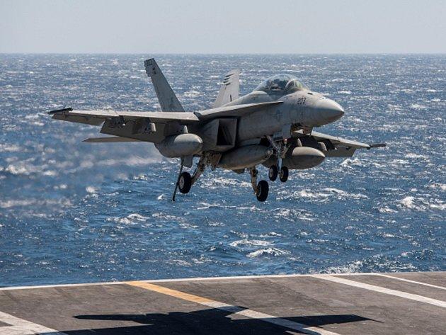 Americká stíhačka F/A-18F Super Hornet.