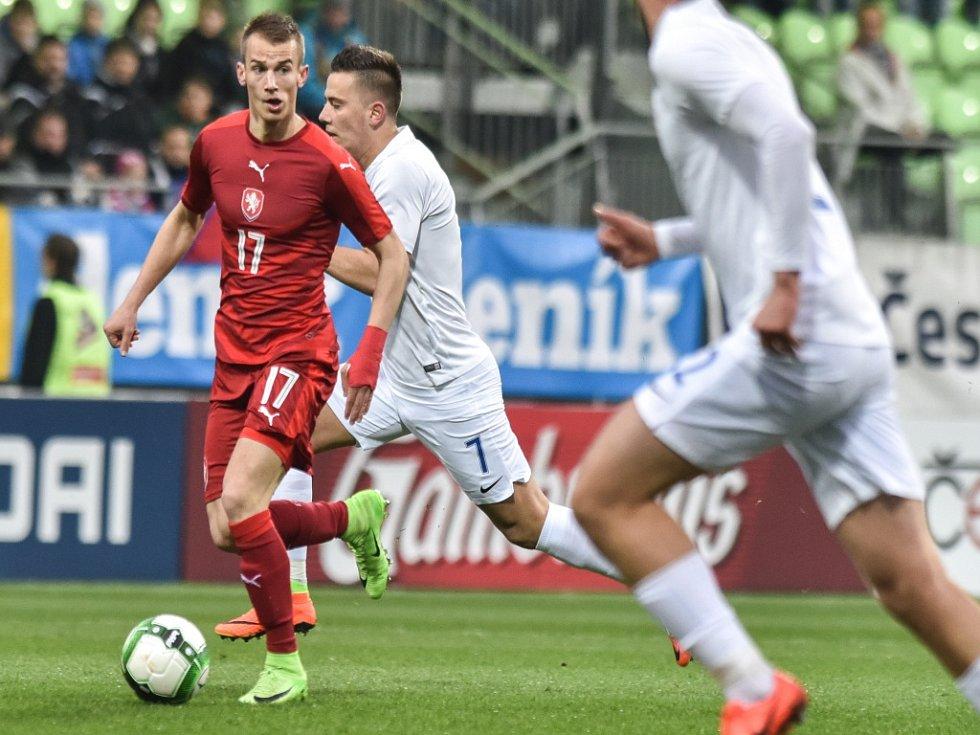 Václav Černý (v červeném) nasázel Slovensku hattrick.