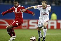 Kapitán Hamburku David Jarolím (vpravo) v duelu proti Lutychu ve čtvrtfinále Evropské ligy.