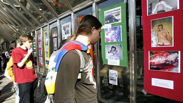 Součástí happeningu byla i výstava fotek pořízených během nedávných násilností v Tibetu.