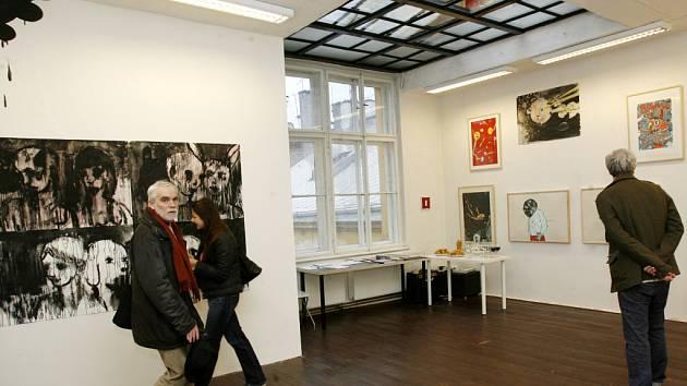 5. patro. Návštěvníci nové Galerie 5. patro si prohlížejí výstavní prostory, kde byla pod názvem Trouble Every Day otevřena expozice autorů Anežky Hoškové a Josefa Bolfa.