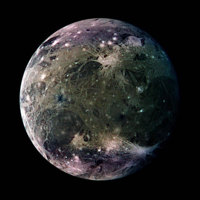 Měsíc Jupiteru Ganymedes je největším měsícem ve sluneční soustavě. Vědci předpokládají, že se na něm nachází více vody, než ve všech oceánech na Zemi. Nyní získali první důkazy o vodní páře v atmosféře tohoto měsíce. Snímek pořídila sonda Galileo.