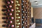 Na dohled od Kavkazu najdete rozsáhlé vinice se světově vyhlášenými vinařstvími. I tady, stejně jako u domácích vinařů, nechávají víno kvasit postaru v tzv. kvevri, džbánů zakopaných v zemi. Meziprodukt vypadá jako náš burčák.