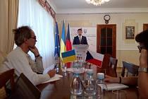 Ukrajinský velvyslanec v České republice Jevhen Perebyjnis upozornil, že o ruské agresi na Ukrajině se v českých médiích téměř nepíše.