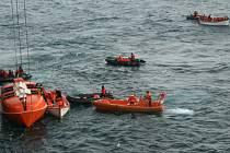Přinejmenším pět lidí zemřelo poté, co se u západního pobřeží Kanady potopila loď určená pro pozorování velryb. Celkem na její palubě bylo 27 osob.