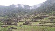 Gran Canaria. Terasovité kamenné zídky, pozůstatek tradičního zemědělství.